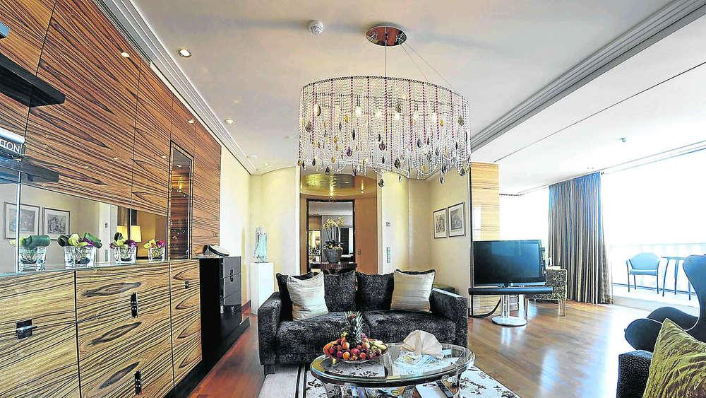 nobel suiten in m nchen ein whirlpool mit fernseher stadt m nchen. Black Bedroom Furniture Sets. Home Design Ideas