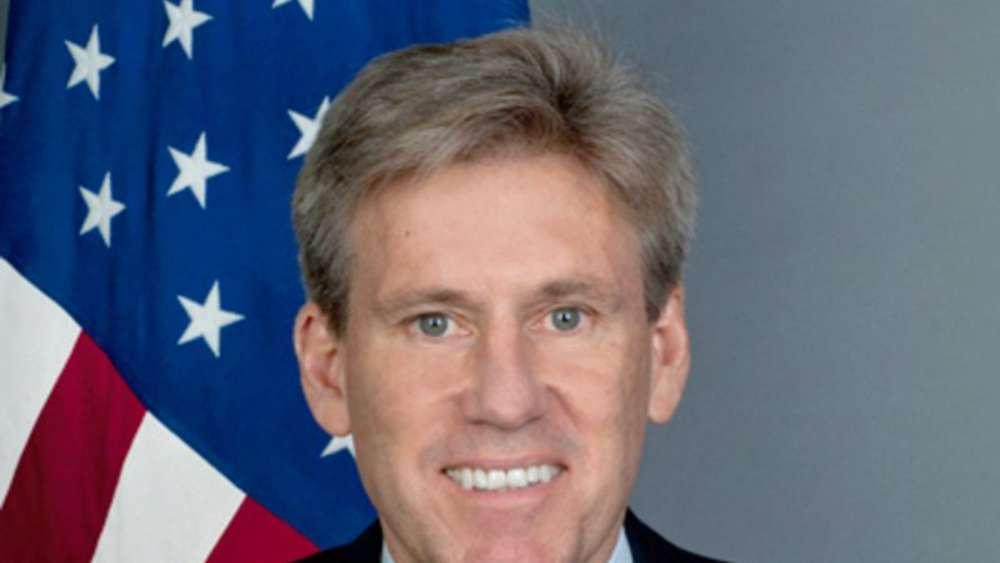 US-Diplomat <b>Chris Stevens</b> lebte nach Angriff in Bengasi offenbar noch   ... - 951365684-chris-stevens-us-diplomat-flagge-2MNG