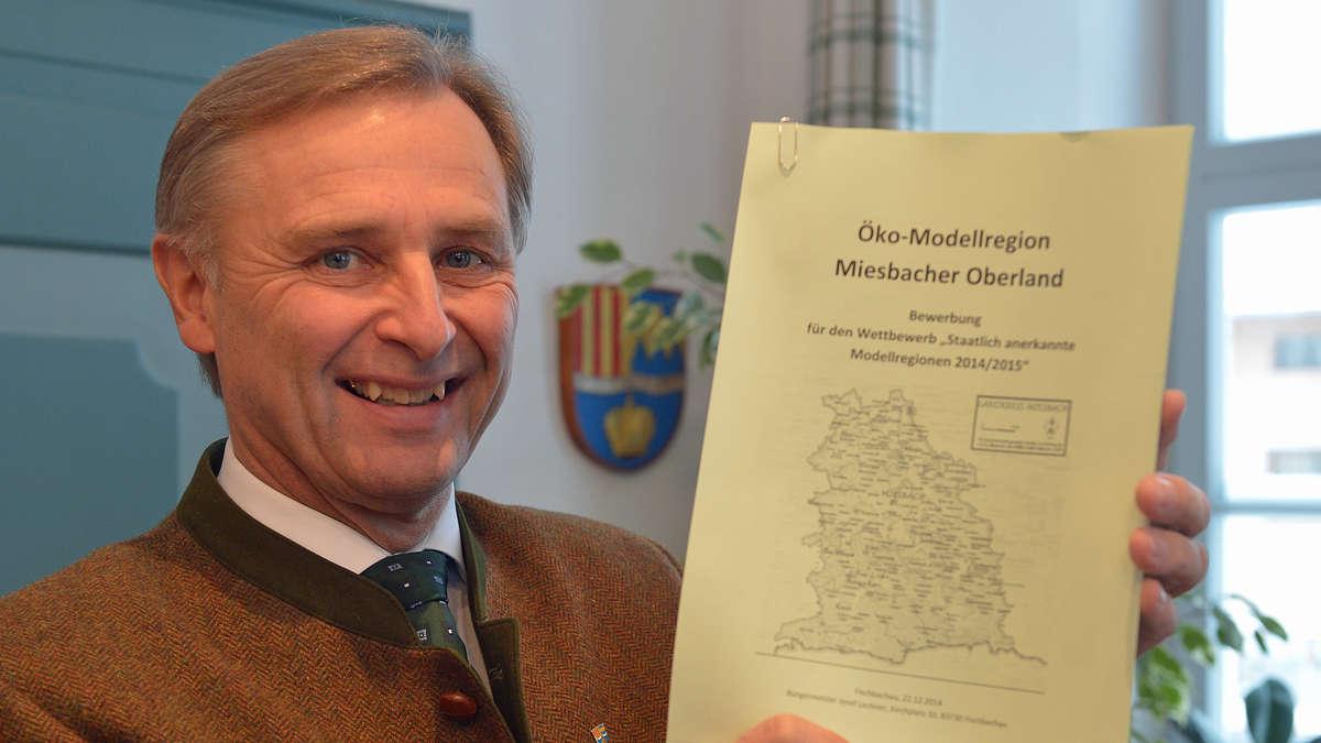 <b>Josef Lechner</b> erklärt die Ökomodellregion: Initiator der Bewerbung im <b>...</b> - 600217812-josef-lechner-fischbachau-oekomodellregion-yP52jkuFAef