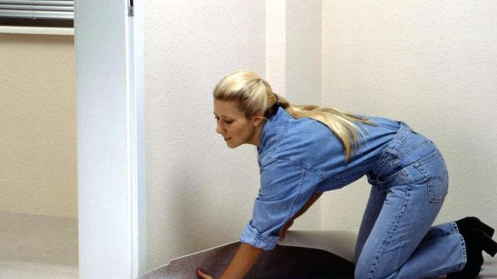 Teppich verlegen  Ausgleichsmasse: Vorm Teppichverlegen den Boden ebnen | Wohnen