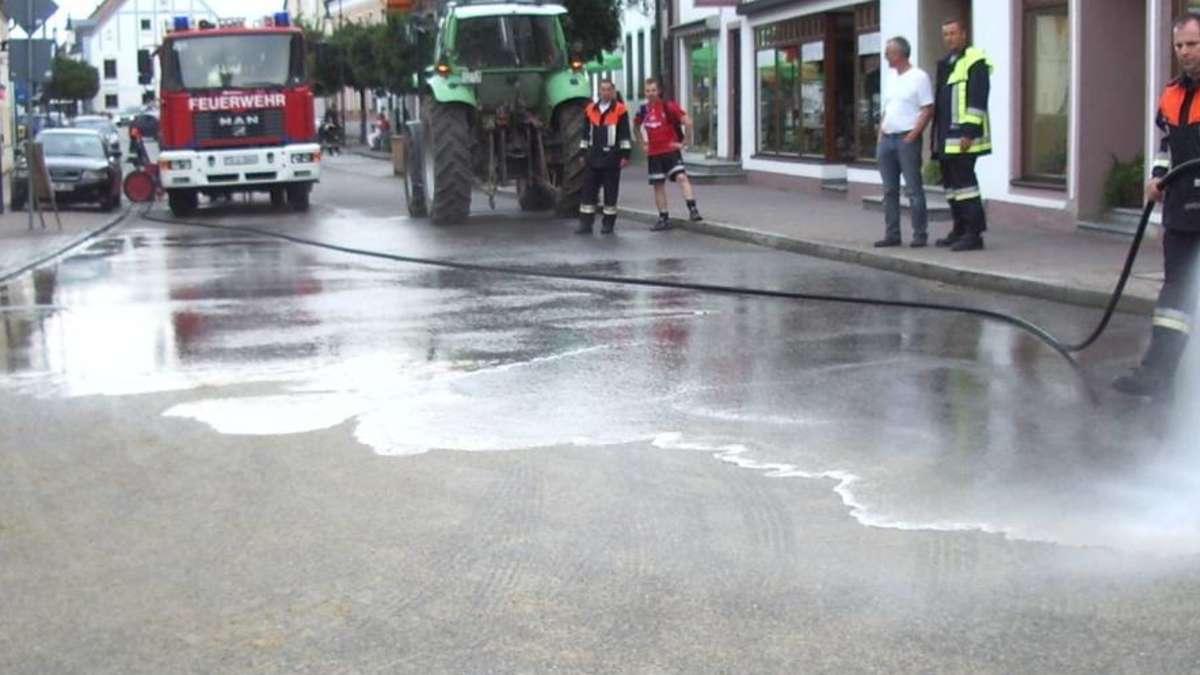 Landwirt verursacht BierTeppich im Ortskern  AuHallertau