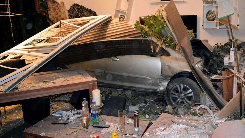 auto durchbricht in sonsbeck hauswand und landet im wohnzimmer welt. Black Bedroom Furniture Sets. Home Design Ideas