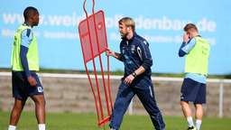 Bilder: Willi Bierofka beobachtet das 1860-Training