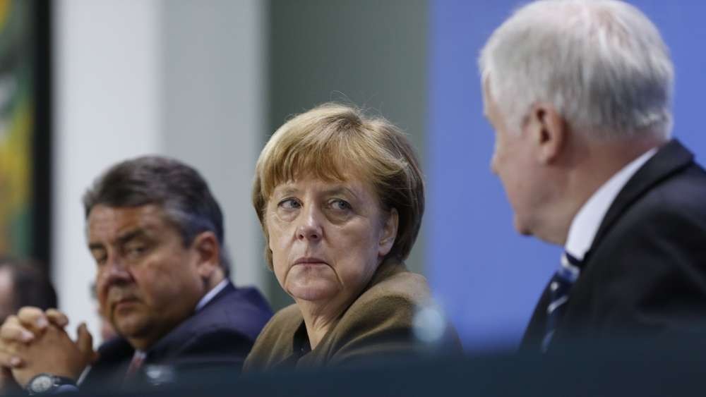 (L-R) German Vice Chancellor, Economy and Energy Minister Sigmar Gabriel, German Chancellor Angela Merkel and Bavarian state premier and leader of the conservative Christian Social Union (CSU) Horst Seehofer give a press conference on April 14, 2016 at the Chancellery in Berlin.German Chancellor Angela Merkel&#39s ruling coalition agreed on tough measures to spur the integration of migrants and refugees, including sanctions for failing to take part in programmes such as language classes. / AFP PHOTO / ODD ANDERSEN