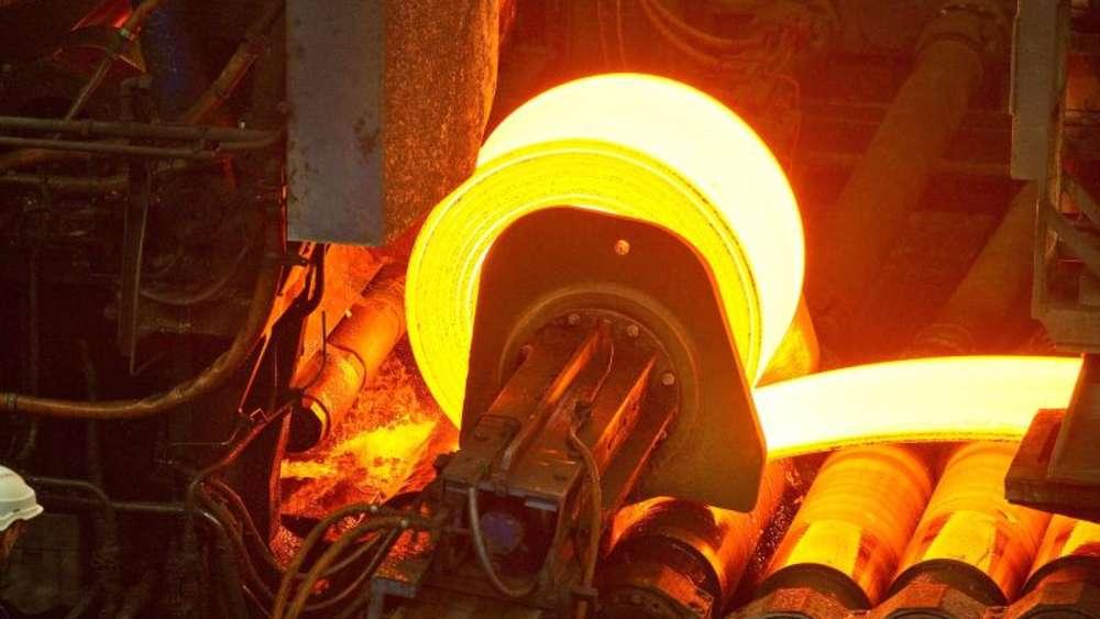 Eine glühende Stahlrolle im Warmwalzwerk der ArcelorMittal Eisenhüttenstadt