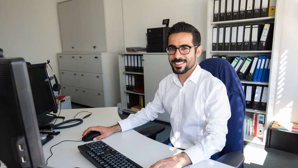 Endlich angekommen: Khalil Khalil hat es geschafft. Der Software-Entwickler aus Syrien hat bei dem IT-Unternehmen Pentasys in München Arbeit bekommen.