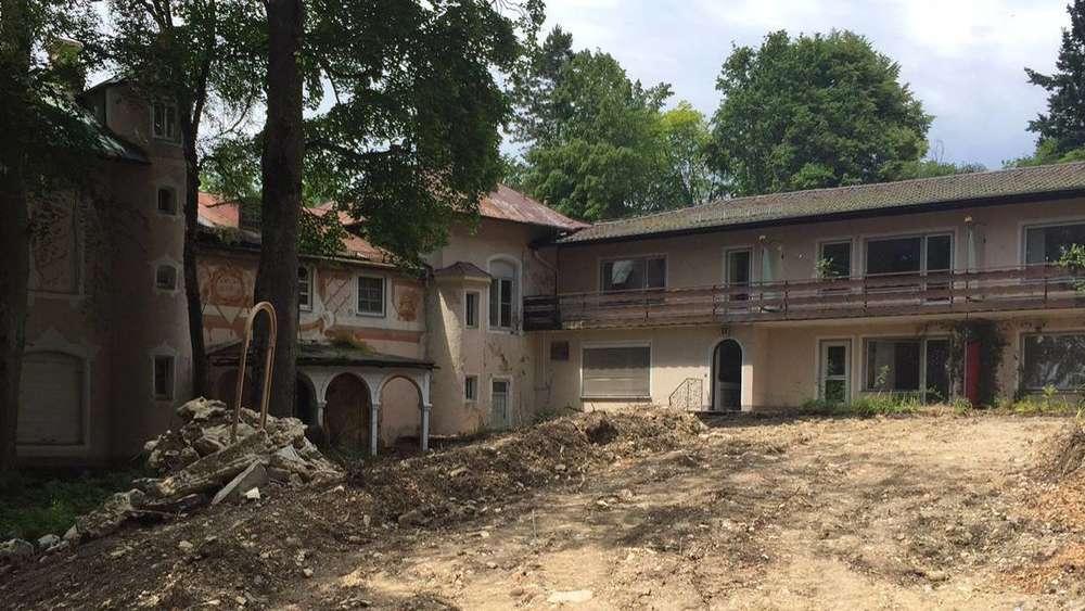 Einst Promiklinik, heute Bauruine: Das ehemalige Wiedemann-Sanatorium in Ambach verfällt. Der neue Eigentümer will die Gebäude abreißen und ein Seniorenwohnstift bauen. Die Pläne sind umstritten. Foto: Dor