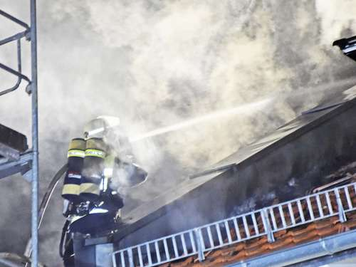 Dachstuhlbrand in Poing: Bilder