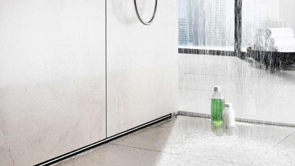 rinnenabl ufe am rand lassen die dusche gr er wirken wohnen. Black Bedroom Furniture Sets. Home Design Ideas