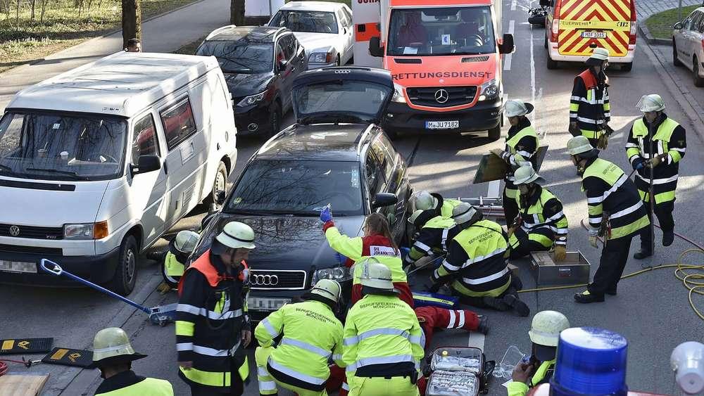 Motorradfahrer schwer verletzt: Zeugen helfen mit Wagenheber