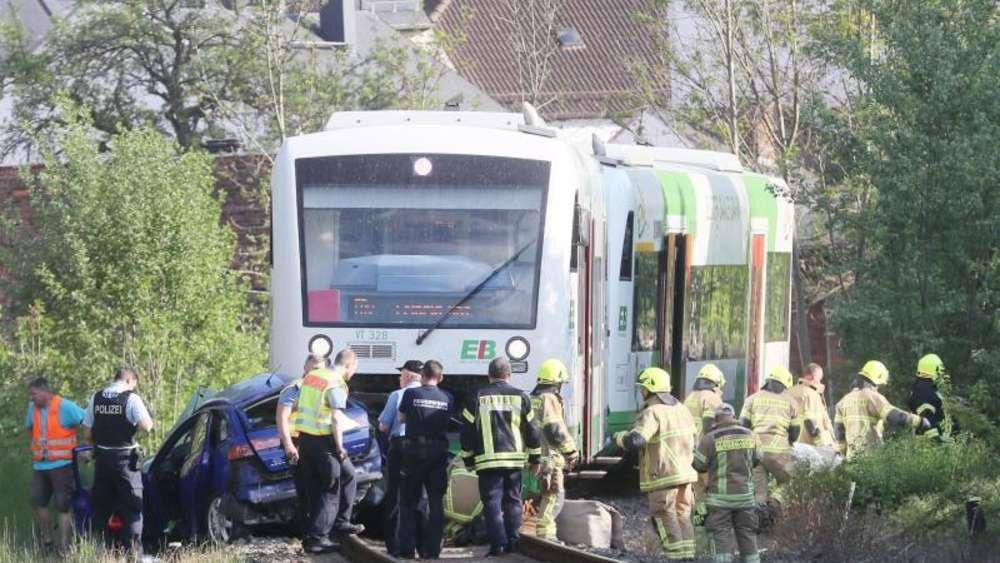 Auto kollidiert mit Regionalbahn - zwei Tote