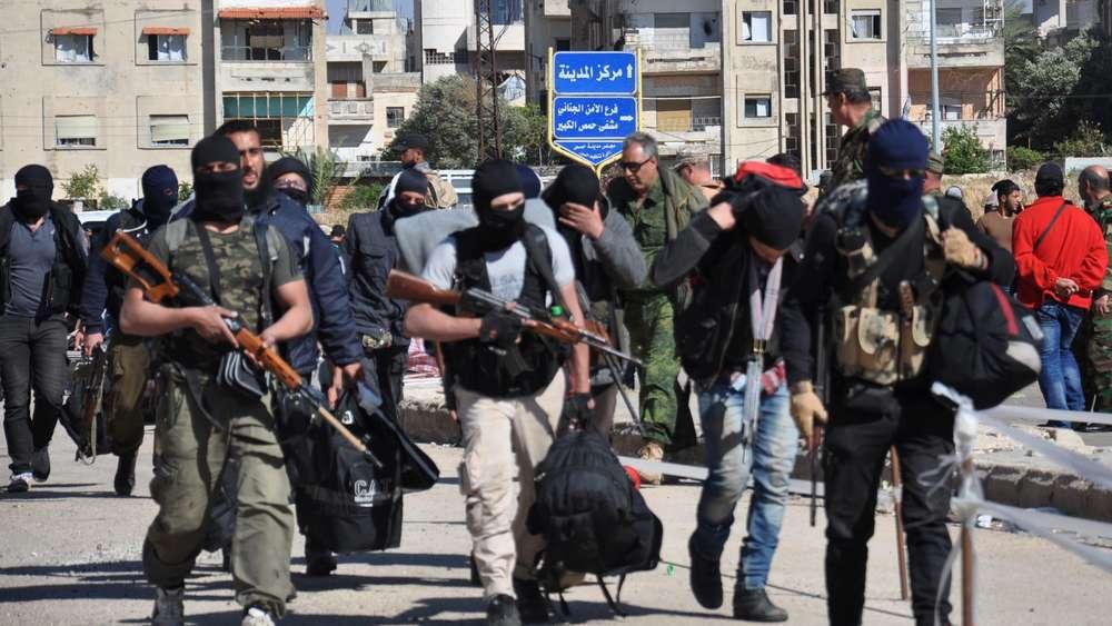 Die letzten Kämpfer der syrischen Opposition verlassen die Stadt Homs (AFP)