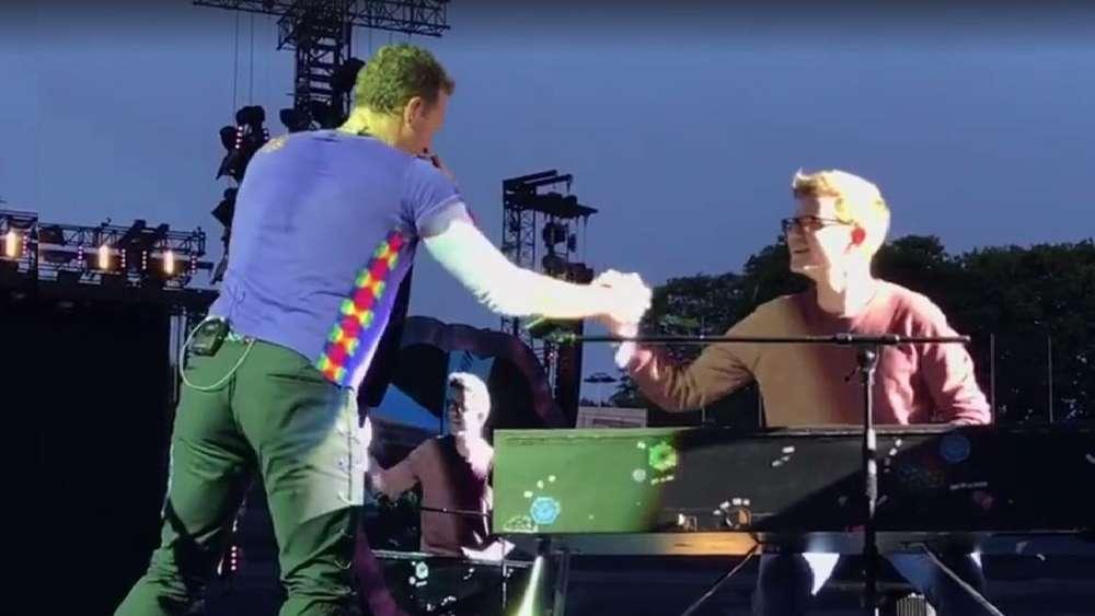 Coldplay live in München: 19-Jähriger begleitet Chris Martin spektakulär am Klavier