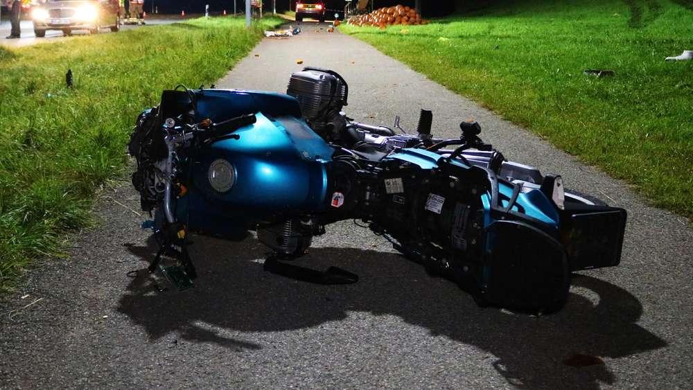 Motorradfahrer verliert Kontrolle und schleudert in Familie - drei Tote