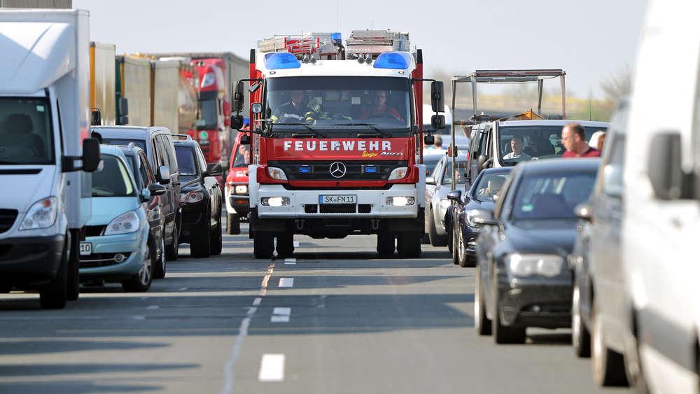 Nicht immer kommen Rettungsfahrzeuge so einfach durch den Verkehr.Verkehrsteilnehmer blockieren oftmals die Rettungsgasse