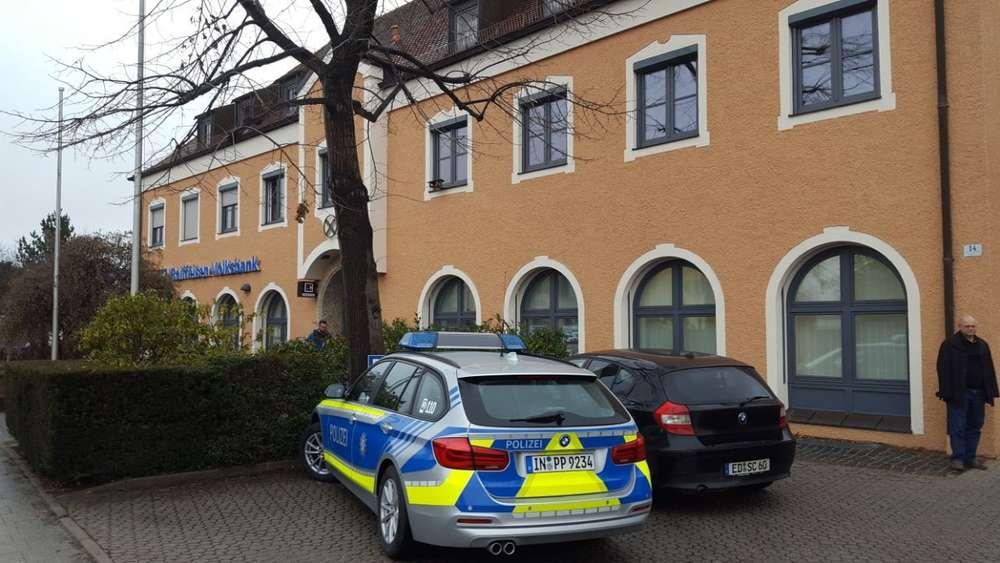 Bewaffneter Mann überfällt Bank im Landkreis Erding und flüchtet