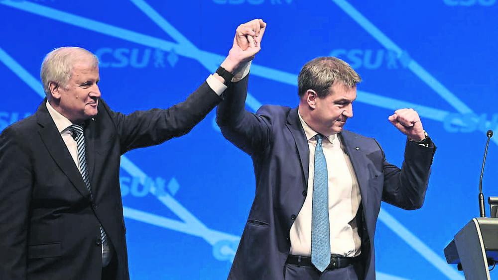 Wer reißt wessen Arm nach oben? Horst Seehofer und Markus Söder auf der Bühne