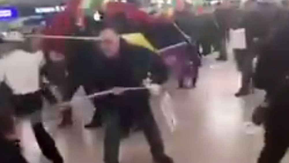 Kurden gegen Erdogan-Anhänger Massenschlägerei im Airport-Terminal