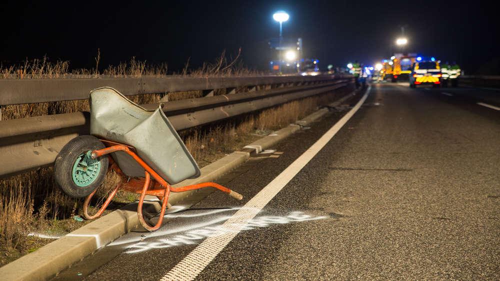 Schubkarre auf Autobahn - Autofahrer tödlich verletzt