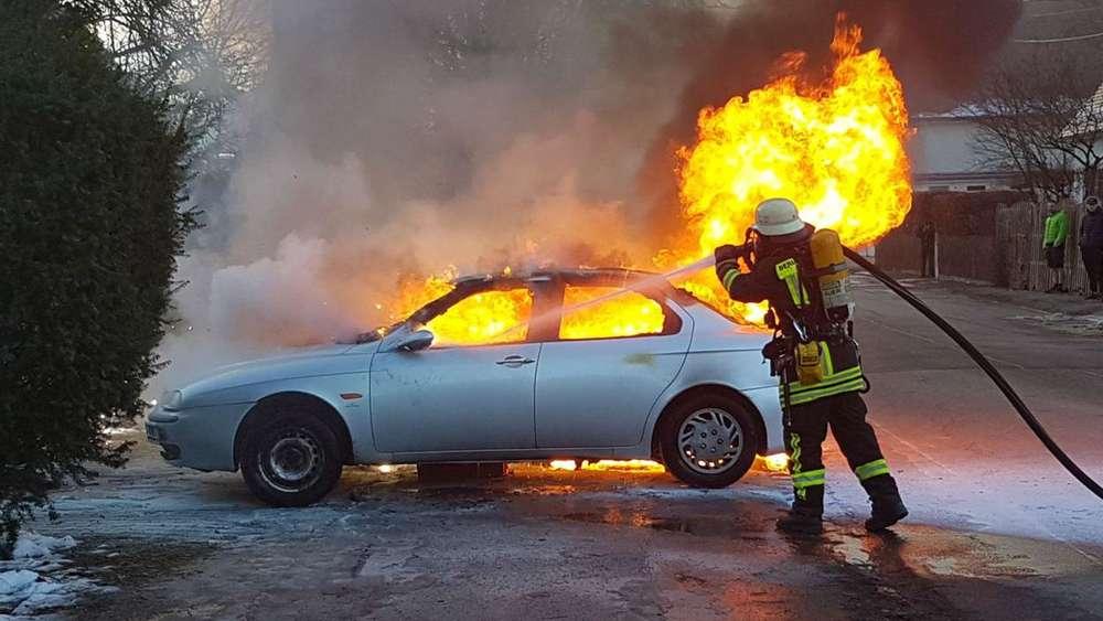 Feuer in der Firnhaberau: Auto brennt komplett aus