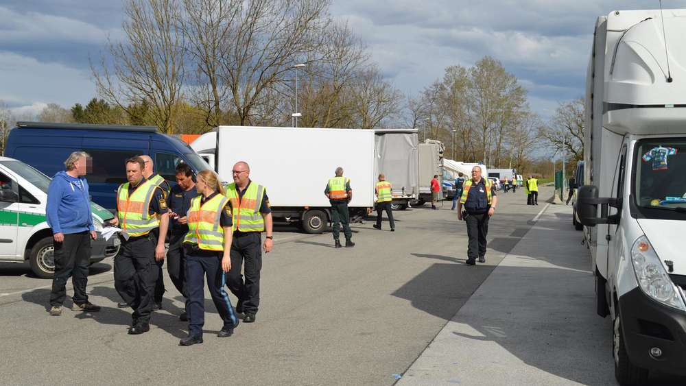 Frühstück am Steuer - Polizei zieht LKW-Fahrer aus dem Verkehr