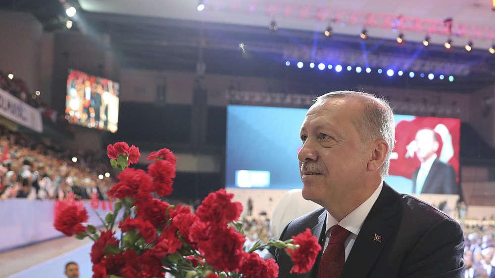 Erdogan als AKP-Chef bestätigt -
