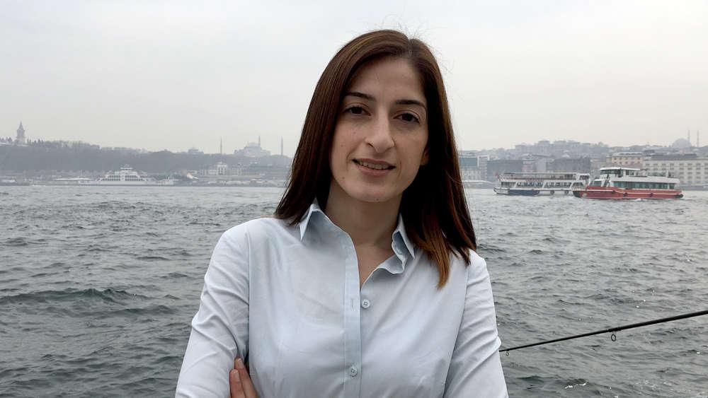 Die ehemals in der Türkei inhaftierte Deutsche Mesale Tolu steht an der Anlegestelle in Karaköy