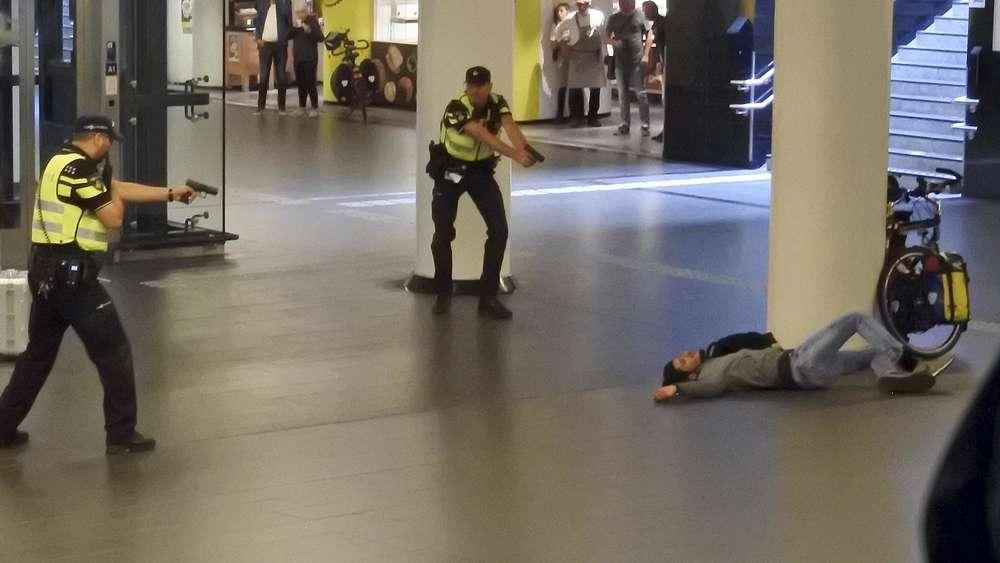 Bei einem Messerangriff auf dem Amsterdamer Hauptbahnhof sind zwei Menschen schwer verletzt worden