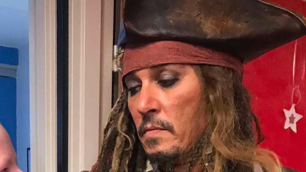 Megastar Johnny Depp in seiner Parade Rolle als Captain Jack Sparrow in einer Pariser Klinik