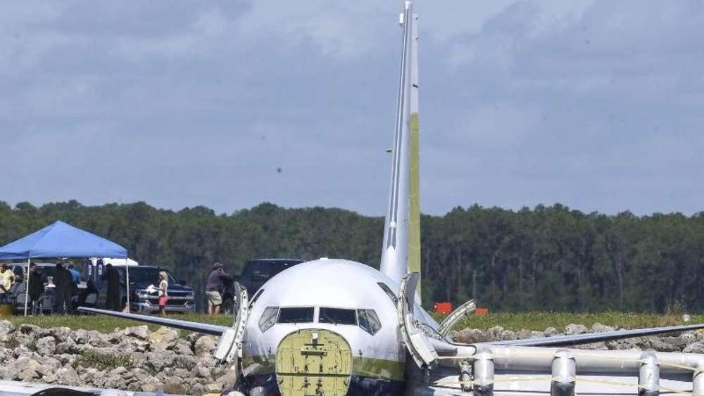 Boeing 737 rutschte von der Landebahn in den Fluss