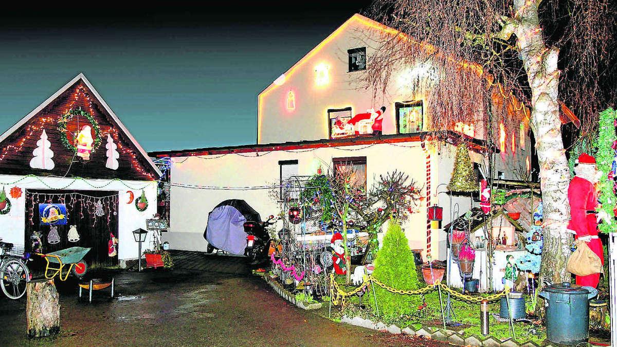 Vor dem Weihnachtshaus singt und tanzt der Nikolaus | Fürstenfeldbruck