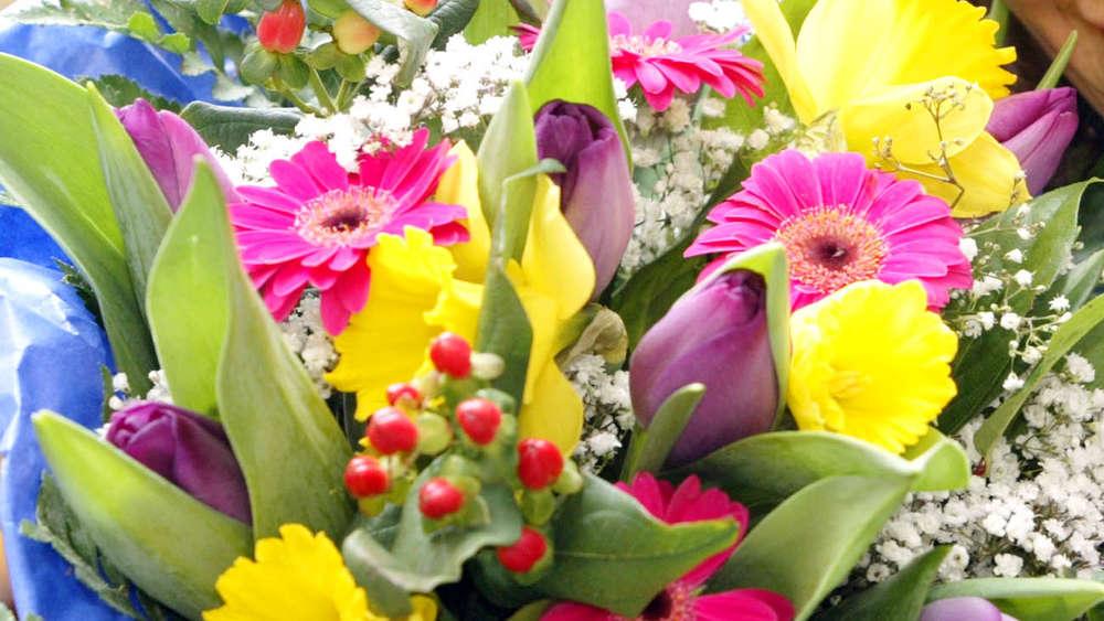 Blumen Zum Valentinstag Sind Der Renner Und Immer Beliebter Wird Die  Bestellung Im Internet.