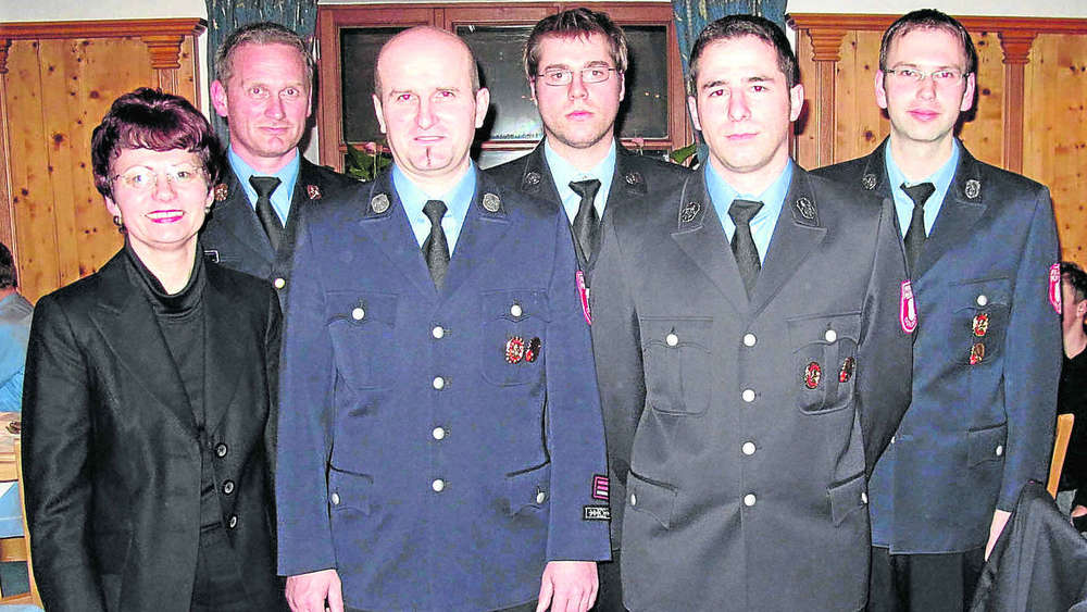 Die neu gewählten Feuerwehrmänner mit zweiter Bürgermeisterin Edith Daschner (von links): Georg Reischl, Hubert Obermeier junior, Josef Grain, Josef Kranz junior. Foto: ink