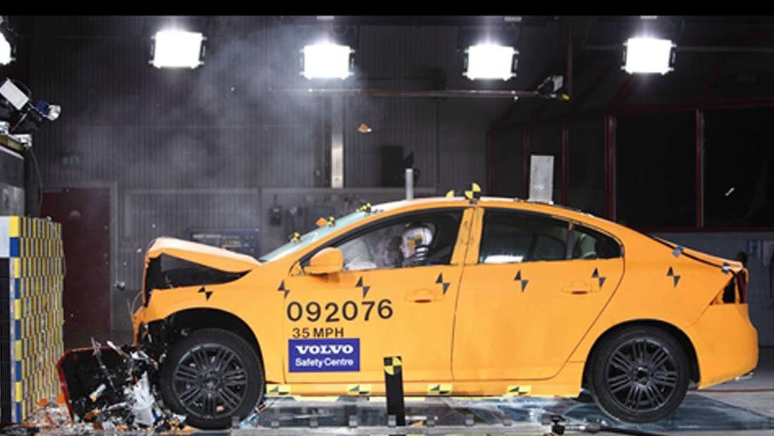 Volvo beim Crashtest Crashtest-Labor Forschung