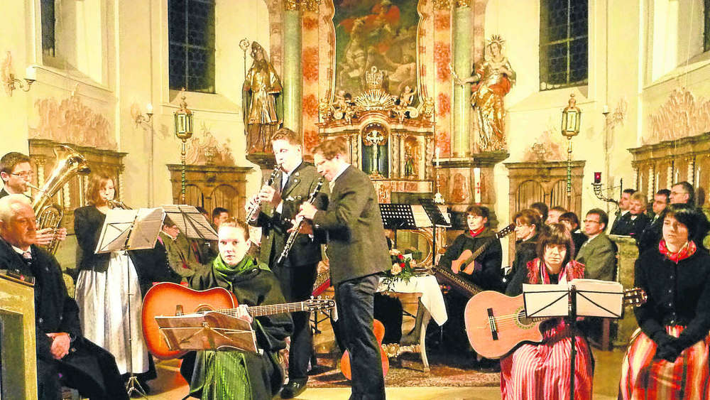 Mitwirkende beim Adventssingen in der St.Martinskirche in Sachsenried. Links Rudi Kögel. wk