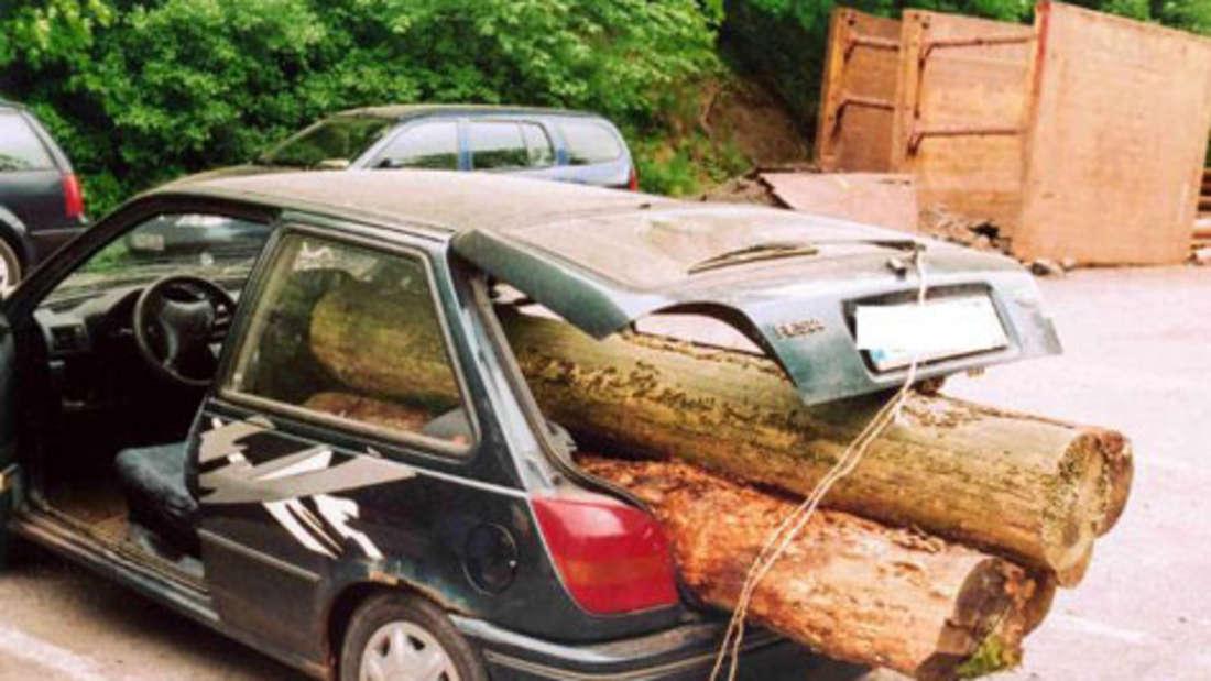 Auto mit Baumstämmen beladen