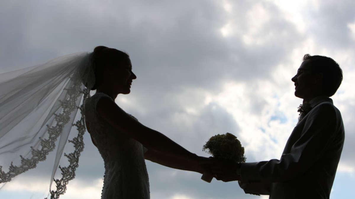 Bräutigam bei Beischlaf mit Kellnerin ertappt   Welt
