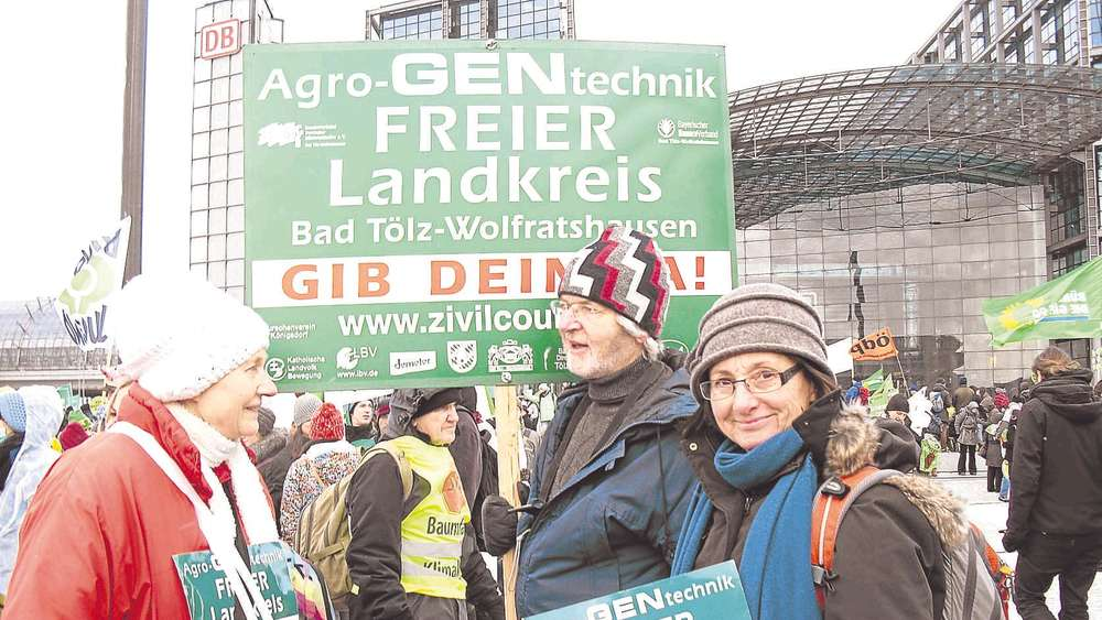 Flagge zeigen in Berlin: Mitstreiter der Zivilcourage Miesbach um Co-Sprecherin Anneliese Blümel (r.) bei der Demonstration in Berlin. Foto: kn