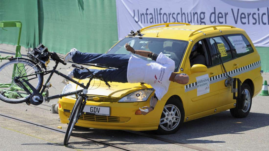 Autofahrer vergessen beim Abbiegen viel zu oft den Schulterblick oder können wegen Sichtbehinderungen und ungünstig geführter Radwege gar nichts sehen. Deshalb kommt es häufig zu schweren Unfällen mit geradeausfahrenden Radfahrern.