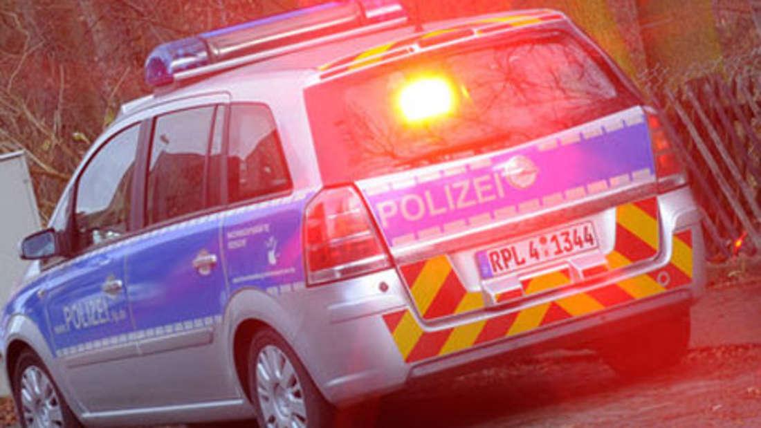 Das Warnen vor stationären Radarfallen ist nach der Straßenverkehrsordnung in Deutschland verboten. Auch bei Navigationsgeräte mit Warnfunktion droht eine saftige Strafe. Das Verbot gilt nach Angaben des ADAC für klassische Warngeräte und auch für Navigationsgeräte oder Mobiltelefone, die vor Blitzern warnen.