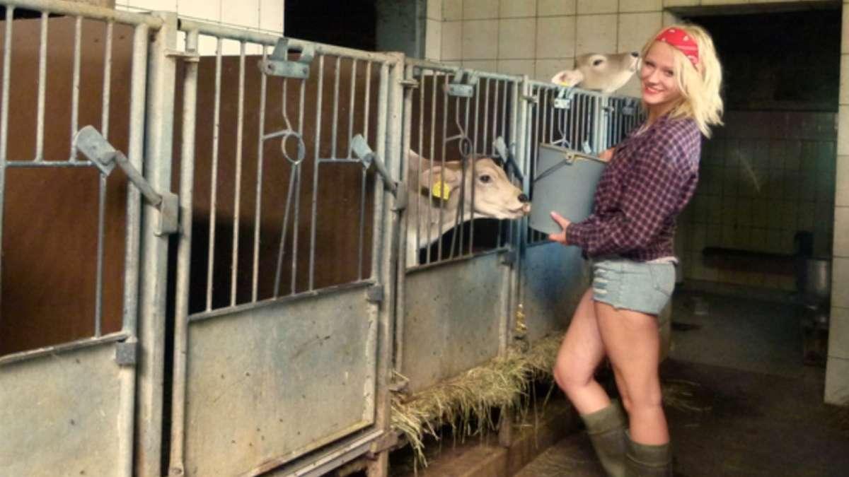 Bauer bumst Bäuerin im Stall