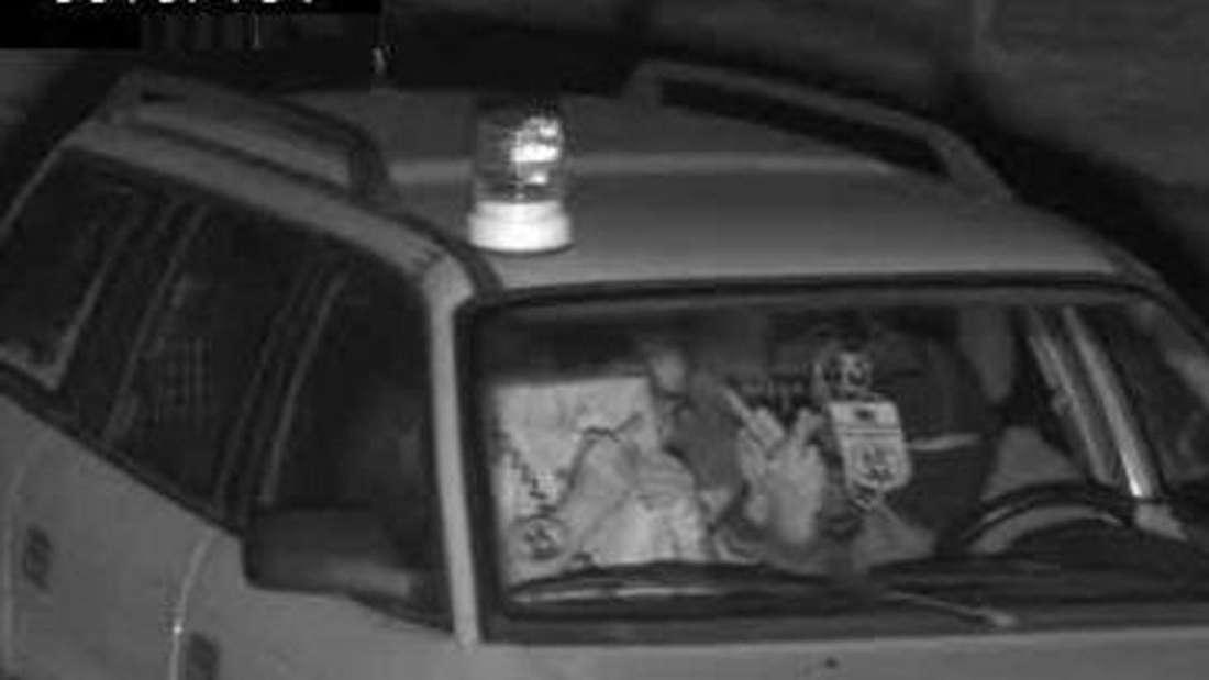 Teenies auf Spritztour: Mit Muttis Auto geblitzt. Mit Sturmhauben, geklauten Nummernschildern und Muttis Auto waren drei Jugendliche bei Aachen unterwegs und haben sich einen Riesen-Ärger mit der Polizei eingehandelt.