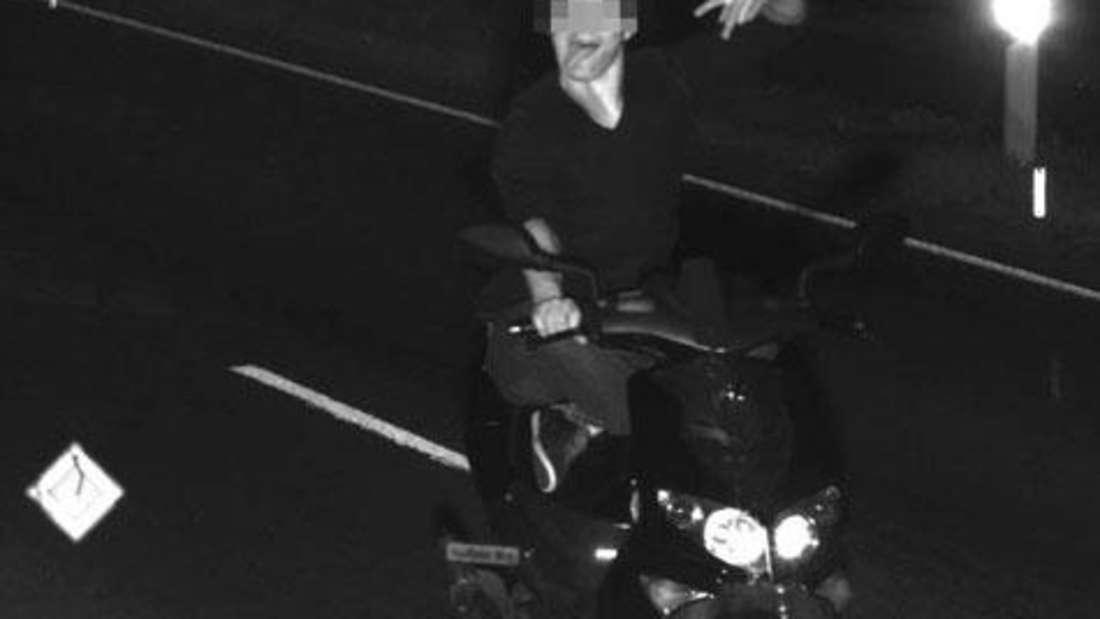 Bäh, Bäh, mich schnappt ihr nicht! Beim Radarfoto streckt ein Rollerfahrer seine Zunge raus (2014)