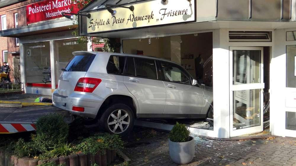 auto rast in friseursalon - polizei: niemand verletzt   auto