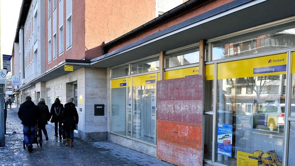 Unbekannte werfen Scheibe von Postbank Immobilien in Garmisch ...