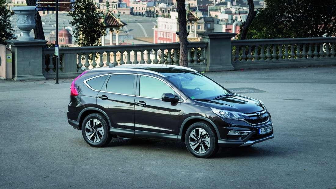 Honda CR-V Knackigere Optik: Der Kühlergrill ist neu geformt, die Leuchten sind schmaler. Innen lässt's sich gut verreisen, den Fahrer stören bisweilen die vielen Knöpfe