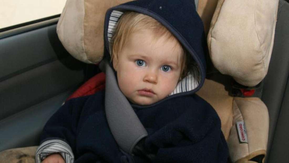 Eltern schnallen das Kind im Kindersitz am besten so fest wie möglich an. Allerdings sollte sich der kleine Mitfahrer auch noch wohlfühlen. Foto: dpa-infocom