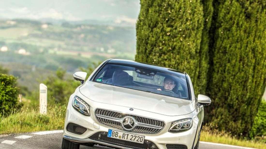 Komfortable Hochtechnologie: Mercedes rüstet das Coupé der S-Klasse auf Wunsch mit einem Fahrwerk aus, das sich in die Kurve hineinlehnen kann. Foto: Daimler