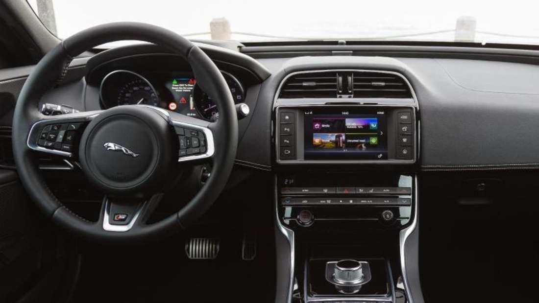Progressiv geht es weiter: Der XE ist mit einem Head-up-Display mit Laser-Technik, einer Stereokamera für fortschrittliche Assistenzsysteme und einem neuen Bediensystem mit unkomplizierter Smartphone-Integration ausgestattet. Foto: Jaguar