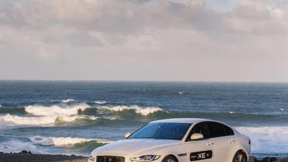 Die Briten setzen beim Kampf gegen das Establishment auf fortschrittliche Technik: So läuft der XE mit einer weitgehend aus Aluminium gefertigten Karosserie vom Band. Foto: Jaguar